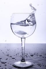 Wasserglas mit Eiswürfel