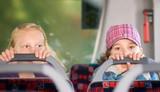 Fototapety Kinder fahren im Bus