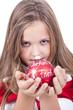 Kleines Mädchen mit Weihnachtskugel