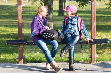 Kinder in der Bushaltestelle