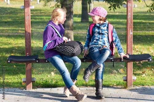 Leinwandbild Motiv Kinder in der Bushaltestelle