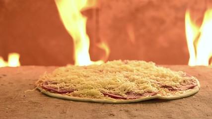 Pizza Salami im Steinofen
