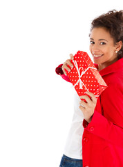 Junge Frau mit Weihnachtsgeschenk in der Hand