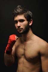 Chico joven con cinta de boxeo en el puño