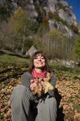 Donna sorridente nel bosco