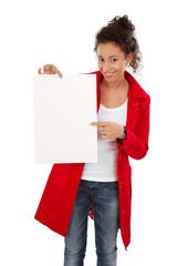 Frau mit einem leeren Plakat in der Hand