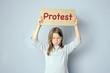 Wütendes Mädchen protestiert mit Schild