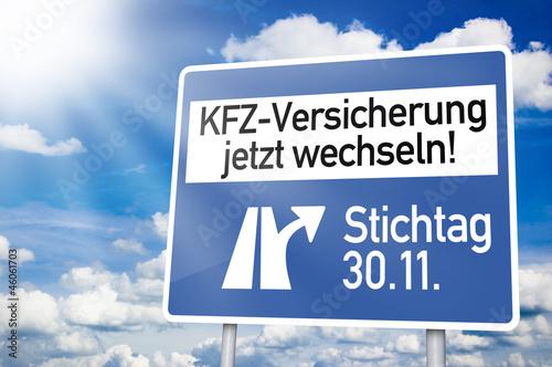 Leinwandbild Motiv Blauer Wegweiser mit KFZ Versicherung wechseln