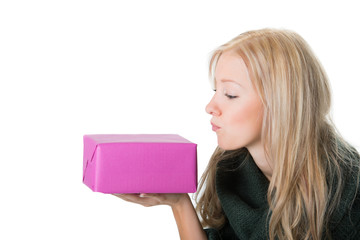 Junge Frau küsst ihr Geschenk