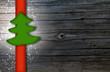 Holzwand mit Tannenbäumchen