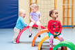 Kinder in Turnhalle