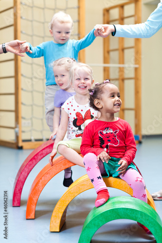 Kinder in Turnhalle - 46062314