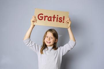Kind macht Werbung für ein Gratis-Angebot
