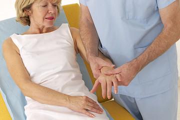Femme - Masassage du poignet