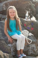 Красивая девочка на берегу моря.