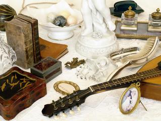 Brocante, mandoline laque, livres, encrier