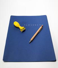 bewerbungsmappt mit kopie stemel und kugelschreiber