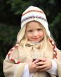 kleines Mädchen in Winterbekleidung mit Kinderpunsch