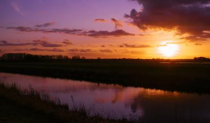 Kanal in Ostfriesland bei Sonnenuntergang