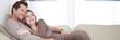 Reifes Ehepaar beim kuscheln auf der Couch
