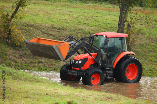 Tractor repair of rural roads, which flooded the rain
