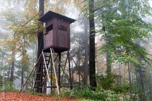 Leinwandbild Motiv Hochsitz im Herbstwald