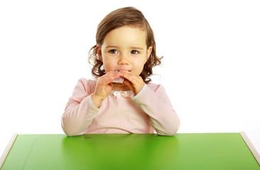Ein Mädchen isst einen Müsliriegel