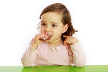 Ein Mädchen isst einen Früchteriegel