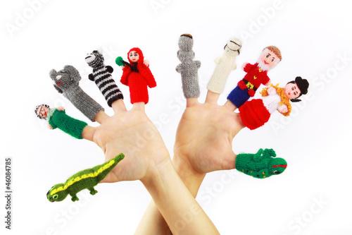 canvas print picture Gestrickte Fingerpuppen an zwei Händen