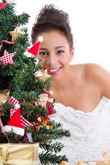 Glückliche Dame unterm Weihnachtsbaum