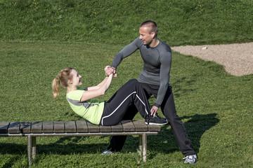 Manual Resistance Übung im Freinen - Paarübung mit Trainer