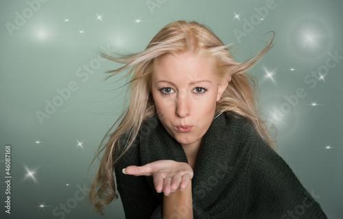 Junge Frau gibt einen Luftkuss