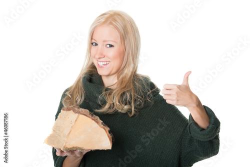 Junge Frau bietet Holz an