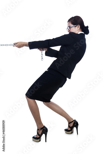 Business-woman-strength-pulling-chain