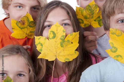 Teenager mit Herbstblätter