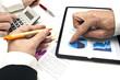 Réunion d'affaires avec graphique et tablette tactile
