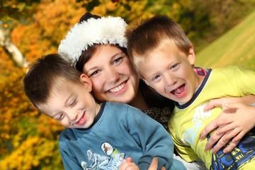 junge Frau mit Kinder