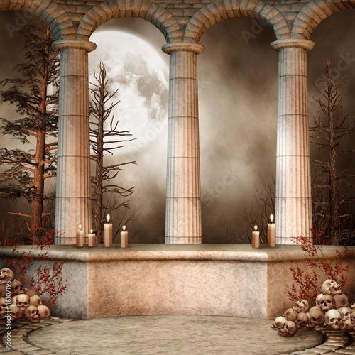 Marmurowe kolumny na tle lasu nocą