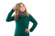 Junge nachdenkliche Frau mit grünem Pullover