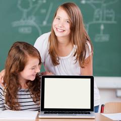 zwei schülerinnen am laptop