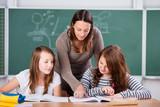 schüler und lehrerin im unterricht