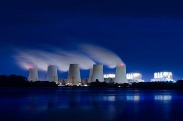 Braunkohlekraftwerk am Abend.