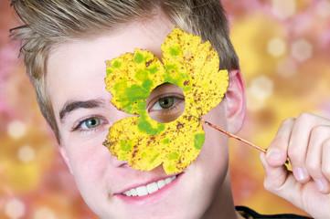 Herbstblatt mit Durchblick