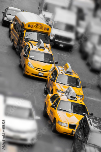 Taxis et school bus à Manhattan - New York USA