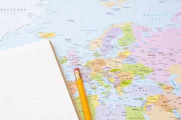 地図の上のノート