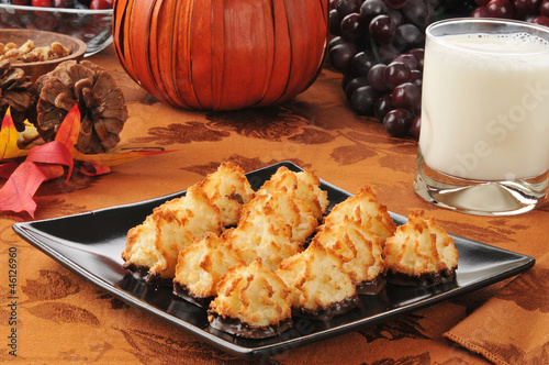Coconut macaroons with milk