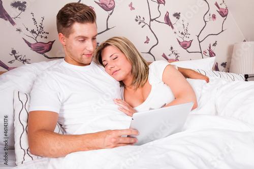 mann und frau im bett beim kuscheln und surfen stockfotos und lizenzfreie bilder auf fotolia. Black Bedroom Furniture Sets. Home Design Ideas