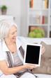 lachende seniorin mit tablet