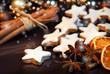 Zimtsterne mit weihnachtlicher Dekoration