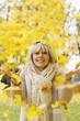 Hübsche blonde Frau mit fallenden Blättern